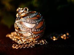 Im Kerzenschein (ingrid eulenfan) Tags: macromondays makro litbycandlelight kerzenlicht schmuck kette kugel teelicht perle candlelight jewellery