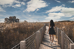 Recorre tu propio camino. (Jon Ortega Photography) Tags: caminar walk camino path madera wood metas goals determination determinacion naturaleza nature paisaje landscape girl chica joven young vida life barcelona catalunya elprat