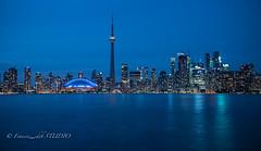 Toronto in blue/ en azul 2017 (Frances CdeB) Tags: toronto city night landscape cityspcape to canada