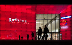 Shopping Mile (Michael A64) Tags: shopping mile fassade essen rathaus galerie sony rx100m3 rx100 city night red rot color farbe stadt einkaufszentrum einkauf zentrum
