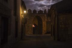 Gates of the city (ponzoñosa) Tags: urueña villa libro pueblo bonito españa night gate puerta castillayleón valladolid