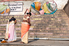 Elégance Indienne .. Varanasi (geolis06) Tags: geolis06 asia asie inde india uttarpradesh varanasi benares gange ganga pelerin pilgrim pelerinage pilgrimage hindu hindou offering priere prayer rituel rite inde2017 olympus