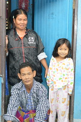 family in a doorway (the foreign photographer - ฝรั่งถ่) Tags: family mother father daughter portrait doorway khlong thanon portraits bangkhen bangkok thailand canon