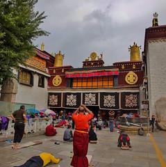 Pilger vor dem Eingang zum Jokhangtempel in Lhasa/Pilgrim at the entrance of Jokhang temple in Lhasa/Tibet (rud.schmi) Tags: rudschmi buddhisme pilgrim jokhang lhasa tibet