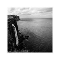 kilt rock, scotland (schan-photography.com) Tags: canoneos5dmarkii scotland landscape monochrome bw blackandwhite water fall ocean land square canon 5d 1740mm f4 canonef1740mmlusm travel