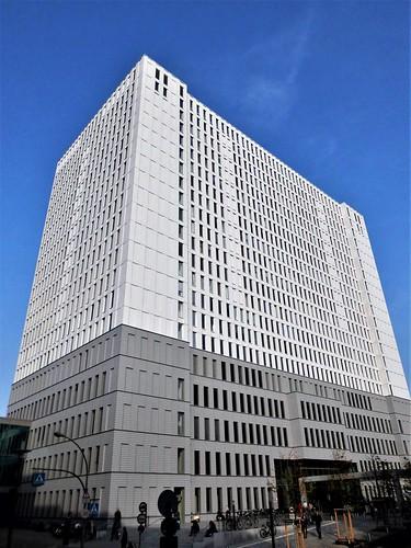 2014/16 Berlin weiße Aluminiumfassade am Bettenhaus der Charité 86mH/21Et. von Peter Schweger Luisenstraße 64 in 10117 Friedrich-Wilhelm-Stadt