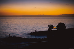 Capture the Moment - Calheta, Madeira (Sebastian Bayer) Tags: olympus meer sonne atlanik madeira portugal frau leuchtturm hotel silhouette calheta fotografieren urlaub felsen handy omd abend omdem5ii sonnenuntergang wolken himmel