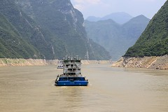 Guo Ping (oxfordblues84) Tags: peoplesrepublicofchina china oat overseasadventuretravel yangtzerivercruise yangtzeriver victoriacruises victoriajenna victoriajennacruise river gorge rivergorge scenicrivercruise riverboatcruise riverbank muddyriver water muddywater guoping barge riverbarge 866 threerivergorge