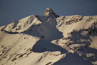 le ombre creano un profilo sulla neve