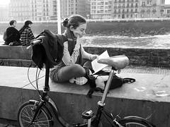 Disfrutando de la lectura (no sabemos cómo llamarnos) Tags: street streetphotography photoderue fotourbana fotocallejera urbanphotography bike bici bicicleta bicyclette leer lectora lector lectrice book blancoynegro blackandwhite noiretblanc monochrome monocromático
