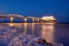 Teehaus Timmendorf (PhotoChampions) Tags: balticsea ostsee meer germany deutschland küste shore beach strand anleger brücke pier sea evening abend bluehour baluestunde eis ice winter jahreszeit season lights lichter snow schnee