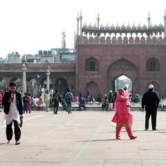 jama masjid people (kexi) Tags: delhi india asia temple mosque jamamasjid muslim islam people samsung wb690 february 2017 gate pink dress square arch