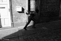 Les Marolles - 073 (bruxelles5) Tags: marolles brussels bruxelles quartier populaire rue haute noir blanc black white