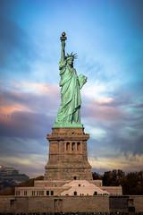 La joya de la corona (Ál Men-chez) Tags: estadosunidos nuevayork estatuadelalibertad atardecer colores cielo construcciones estatuas colorido explore emblema mítico