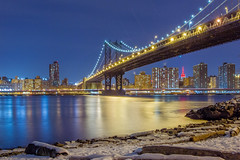 Manhattan Bridge at night (lippediak) Tags: newyork brooklynbridgepark brooklyn manhattan manhattanbridge pebblebeach winter schnee snow