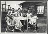 Archiv FaMUC050 Münchner Familie, Im Frühjahr, 1920er (Hans-Michael Tappen) Tags: archivhansmichaeltappen garten gartenhaus tisch stuhl korbstuhl familienfoto gruppenfoto fotorahmen outdoor kleidung hosenträger braces outfit frühjahr 1920s 1920er
