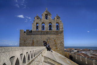 sur le toit  de l'église des Saintes