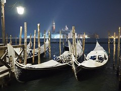 Venice at night under the snow ( no tripod) (Flavio Ciarafoni) Tags: flaviociarafoni flavio ciarafoni venicecity venice venezia bestoftheday happyvenice igitalia italia holidays visititalia veneto italiainunoscatto photography photooftheday square light urban venicebynight moment igersveneto burano igersvenezia gondolatime gondola gondolas fotovenezia allshots exposure composition focus capture sanmarcovenezia visititaly exclusiveshots olympus omd em1 em10 zuiko 1240 panasonic 20mm snow neve notte veneziana venetian night