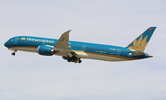 Vietnam Airlines Boeing 787-9 Dreamliner (AMSfreak17) Tags: amsfreak17 danny de soet canon 70d lhr egll london heathrow airport luchthaven vliegtuigen vliegtuig aircraft airplane jet jetphotos planespotting luchtvaart vertrek aankomst departure arrival spotter planes world of airplanes united kingdom great britain europe take off runway 27l 09r vna863 vietnam airlines boeing 7879 dreamliner 787