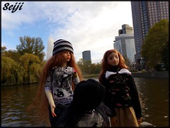 Don't ignore me girls ;p (Seiji-Univers) Tags: seijiunivers seiji vlog voyage travel trip frankfurt francfort am main doll puppe poupée autumn fall automne herbst girl girls fashion tree building architecture city park water soom aren redhead curly tan milky peme oxana geets alexey volks bjd balljointeddoll bjdphotography family sisters tiny yosd jolinemarie je abigail jeaninefantine toys
