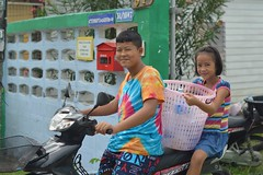 off to the laundromat (the foreign photographer - ฝรั่งถ่) Tags: sep122015nikon brother sister motorcycle laundry plastic basket bangkhen bangkok thailand nikon d3200