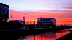 2018-02-09_Great start of the Day (Piet Bink (aka)) Tags: red plane schiphol departure netherlands hoofddorp cars autos lucht rood zonopkomst sloot reflections ice frozen ochtend morning cold fris zx premium sony smartphone traffic verkeer