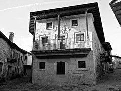 Casona (Luicabe) Tags: airelibre arquitectura balcón blancoynegro cabello calle casa chimenea edificio enazamorado escudo exterior luicabe luis monocromático puerta rural sanabria yarat1 zamora ngc