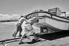 Brasilien 2017-18 Itapirubà Fischer 4 (rainerneumann831) Tags: brasilien itapirubà strand meer fischer boot bw blackwhite blackandwhite ©rainerneumann