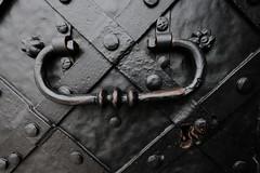 XE3F7351 - Aldaba - Door knocker - Heurtoir – Klopfer - Молоток (Enrique R G) Tags: aldaba llamador tirador doorknocker cracovia cracow krakow poland polonia fujixe3 fujinon1024