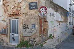 Lisboa Alfama »Achtung Taschendiebe« (/RealityScanner/) Tags: fujifilm xh1 mirrorless system ibis test handson portugal lisboa lissabon urban green warning bricks verfall deterioration door tür