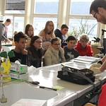 Dierenarts Sören in slangen-actie met middagbioklassers (02/18)