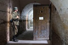 Anglų lietuvių žodynas. Žodis arrest reiškia 1. v 1) suimti, sulaikyti; 2) patraukti dėmesį;2. n suėmimas, sulaikymas; under arrest sulaikytas lietuviškai.