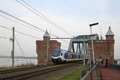 (Bijna) geheel volgens dienstregeling (Maurits van den Toorn) Tags: trein train zug treinstel emu flirt stadler commutertrain nijmegen brug brücke bridge