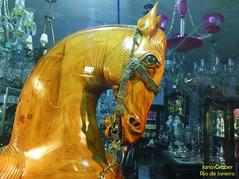 Vitrine (Janos Graber) Tags: cavalo escultura madeira loja vitrine copacabana riodejaneiro