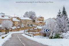 ¡Y por fin ya tenemos aquí la deseada nieve! (fotochemaorg) Tags: árbol arquitectura carretera guadalajara historia iglesia invierno mazarete nevado nieve pueblo