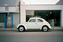 Tulsa, Oklahoma. 3.13.17. (Nothing Signified) Tags: tulsa volkswagen tulsaoklahoma volkswagenbeetle volkswagenbug vintage vintagecar film filmphotography filmphotos filmcamera kodakfilm downtowntulsa beetle vwbeetle vintagevolkswagenbeetle white analog analogue analogphotography analoguephotography parked streetphotography danwatsonphotography nothingsignified whitevolkswagenbeetle color kodakportra160film kodakportra160 portra160 portra olympusxa olympusxacamera olympusxaphoto olympusxaphotos olympusxapictures olympusxastreetphotography olympusxawithkodakportra160 colormatch autoanthropology wimwenders williameggleston democraticforest newtopographics city urban downtown america americana street