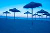 P52_S07_ESPERANDO A LOS BAÑISTAS (manuelmartínez1) Tags: hamacas málaga playa mediterráneo arena setas atardecer