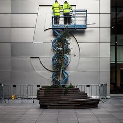 Fixing Five (Sean Batten) Tags: london england uk ubs five building nikon d800 70200 city urban people workmen number street streetphotography cherrypicker
