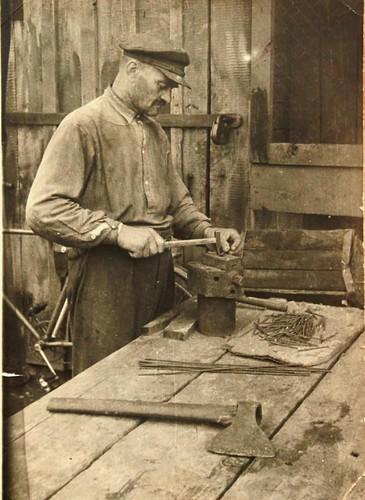 2. В.К. Прыбышчук на сваім падворку за сталярнай працай, 1962 г