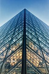 Traverser la Pyramide (Daniel_Hache) Tags: exterieur paris sigma hiver 550d outdoor canon 1770 eos france fr pyramide louvre flickrchallengegroup