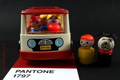 PANTONE 1797 (Anne-Miek Bibbe) Tags: canoneosm annemiekbibbe bibbe nederland 2018 pantone kleuren colors fisherprice speelgoed toys autos cars bus minibus littlepeople red rood rouge