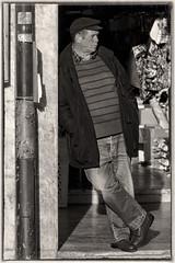 'Hakuna Matata' (Canadapt) Tags: man street doorway bw cap casual candid loures portugal canadapt