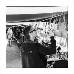 Images Singulières du Portugal #75 (Napafloma-Photographe) Tags: 2017 algarve architecturebatimentsmonuments bandw bw bâtiments catégorieprojet géographie métiersetpersonnages personnes portugal techniquephoto vacances blackandwhite marché marchédesgitans monochrome napaflomaphotographe noiretblanc noiretblancfrance photoderue photographe province streetphoto streetphotography loulé algarves pt