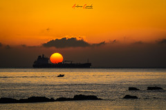 Amaneciendo.. (Antonio Camelo) Tags: nikon noche night orange ocean oceano olas sky sea sol sun sunrise amanecer beach boat bay bahia barco