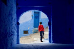 The Opposition of Camouflage (Alex L'aventurier,) Tags: chefchaouen maroc morocco street rue blue bleu red rouge boy garçon personne person candid arch architecture door porte medina stairs escaliers life colours couleurs bluecity villebleue