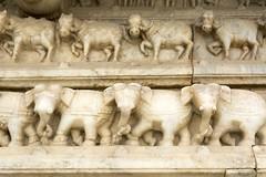 Temple Srijagat Siromaniji à Amber, Inde (voyagesphotos) Tags: asia asie india inde amber amer architecture ville town city cité temple hindou hindu hinduism hindouïsme éléphant elephant sculpture sculpté srijagat siromaniji