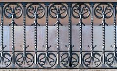 Barcelona - Passeig Colom 013 c (Arnim Schulz) Tags: modernisme modernismo barcelona artnouveau stilefloreale jugendstil cataluña catalunya catalonia katalonien arquitectura architecture architektur spanien spain espagne españa espanya belleepoque fer castiron ferdefonte hierro ferro iron eisen gusseisen schmiedeeisen forjado forgé wrought forged art arte kunst baukunst ferronnerie gaudí fence liberty textur texture muster textura decoración dekoration deko deco ornament ornamento