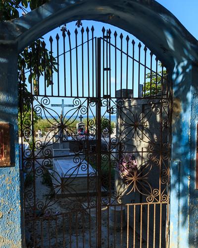 Com vista para o mar... Na rua principal de Pipa (RN) tem um pequeno portão que dá para este cemitério.  Quem passa rápido, quase não percebe, pois logo em seguida existem várias lojinhas e pousadas.