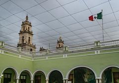 Innenhof (krieger_horst) Tags: campeche kirche flaggen hof mexiko