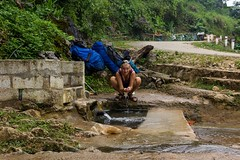 Osvěžení u studánky (zcesty) Tags: vietnam20 umývání vietnam dosvěta caobằng vn